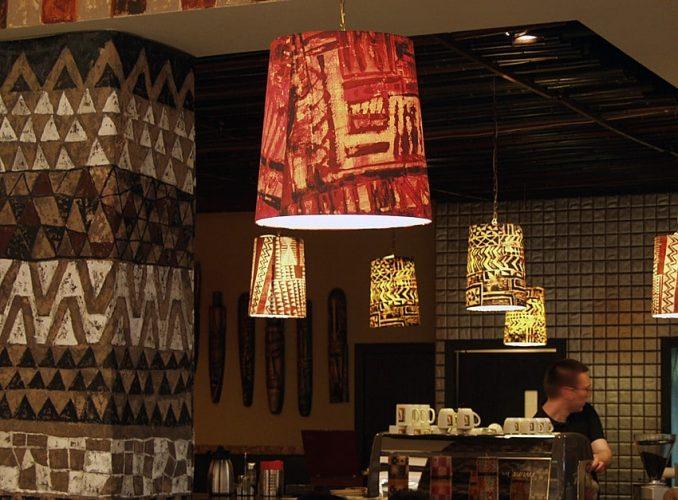 Abażury zgrafiką drukowaną natkaninie – kawiarnia TriBeCa
