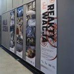 Grafiki drukowane na ekologicznej włókninie - Teatr Łaźnia Nowa