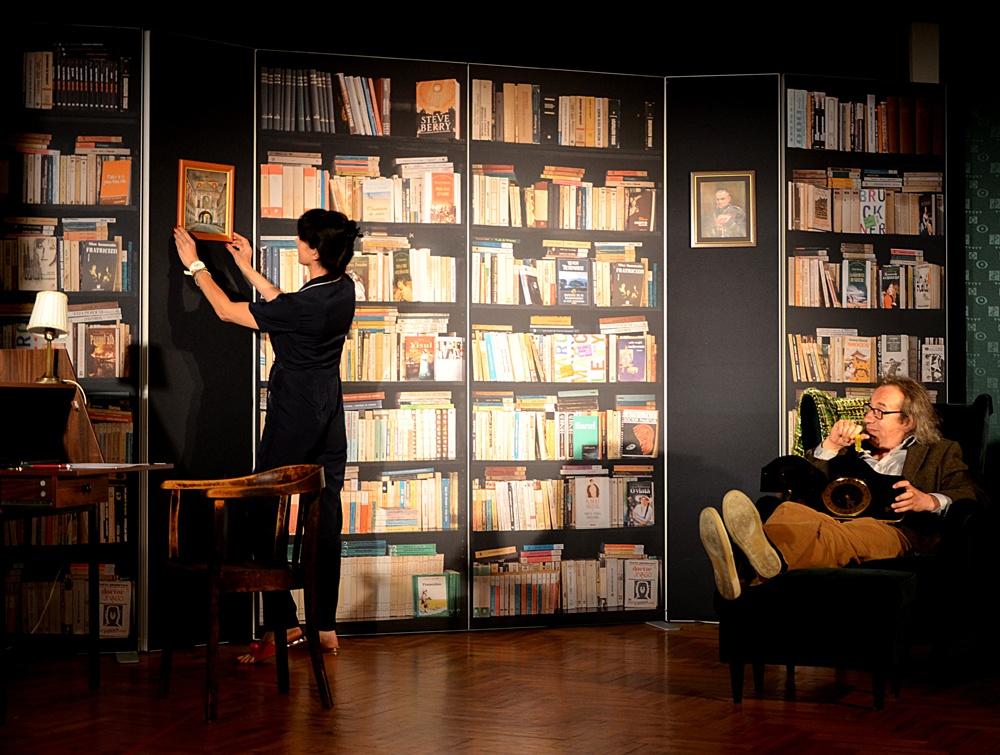 Ściany scenografii dl aKrakowskiego Teatru Komedia - konstrukcja - ramy aluminiowe, grafika drukowana natkaninie